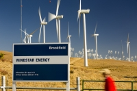USA;US;America;California;Mojave-Desert;desert;electricity;generating;renewable;renewable-energy;wind-power;carbon-neutral;climate-change;global-warming;investment;clean-energy;technology;construction;green;green-energy;wind-turbine;wind-farm;truck;crane;Tehachapi-Pass;turning;rotating;tower;frame;movement;motion-blur;Brookfield;windstar-energy;man;male;red